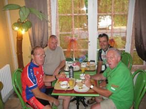 Ontbijt vanmorgen, ook Jean-Pierre's neef is gisteren met de motor het gezelschap komen vervoegen.