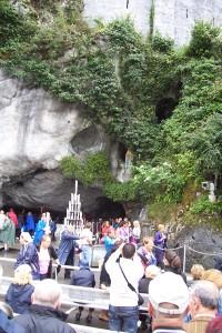 Veel volk aan de grot...
