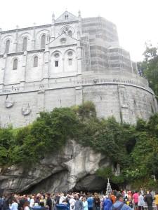 De kerk boven op de grot...